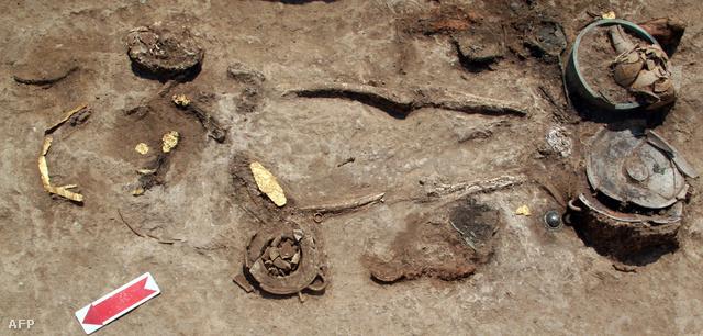 Női sír feltárása Pellában
