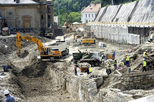 Régészek dolgoznak a Várkert Bazárnál talált középkori romokon