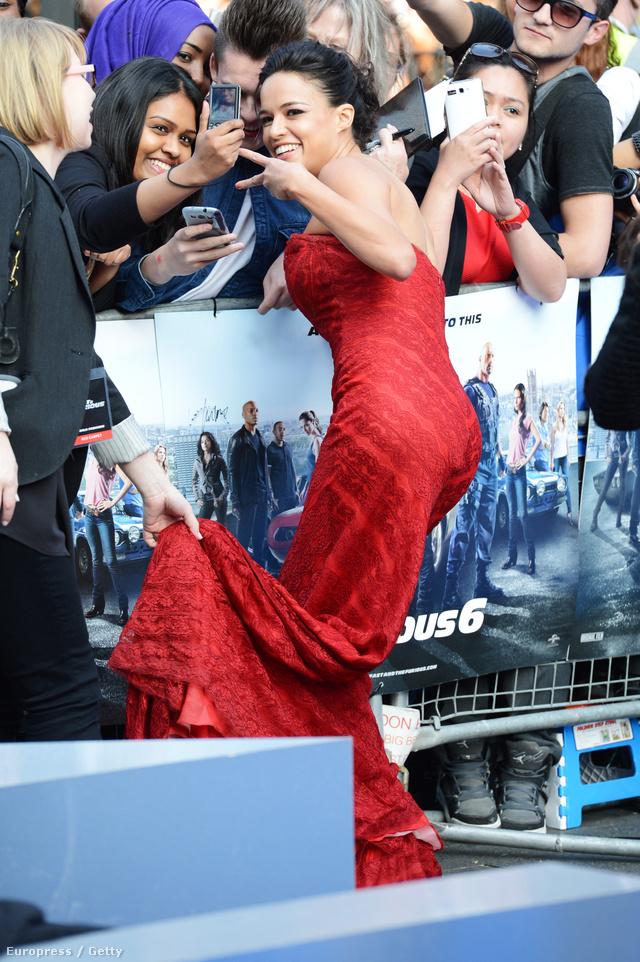 De a színésznőnek nem olyan egyértelmű a nagy elegancia. Például úgy pózol, mint egy rapper