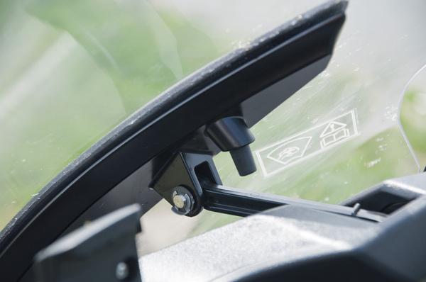 Elektromotor mozgatja a szélvédőt
