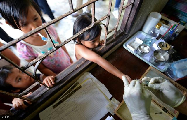 Maláriateszthez vesznek vért a thaiföldi–mianmari határon
