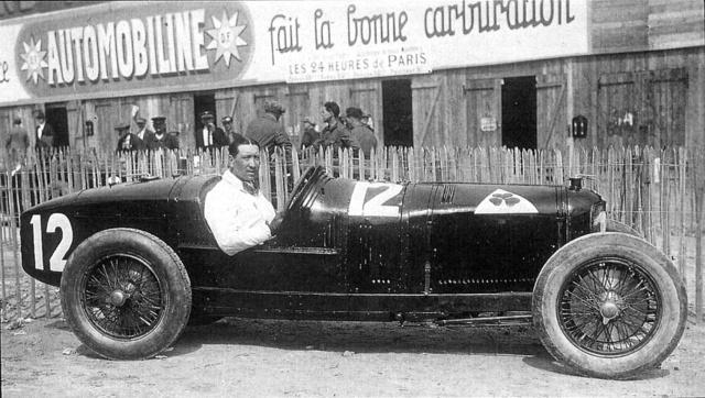 A P2-es Alfa Romeo versenyautó, Vittorio Jano talán leghíresebb alkotása. A kormánynál gróf Gastone Brilli-Peri, aki sípot fújva zavarta el maga elől a lassúbb versenyzőket. A kép az 1925. évi GP előtt készült a Montlhéry pályán                         (Fotó: Collection Burányi)
