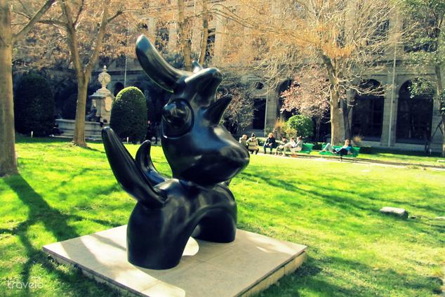 A Reina Sofía múzeum kertje Miró alkotásával