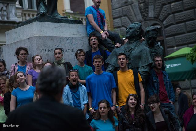 A Waldorf diákkórus a Lőrinc Pap téren