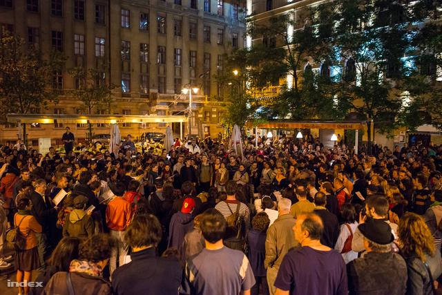 A végső finálé: közös éneklés a Mikszáth téren.