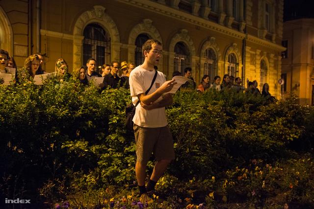 Bokorból éneklő kórus a Mikszáth téren.