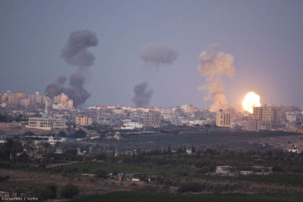 """Izrael novemberben """"A védelem tartóoszlopai"""" néven folytatott nyolc napig légi csapásokra támaszkodó hadműveletet, miután újra megsokasodtak a zsidó állam ellen kilőtt rakéták a Hamász által uralt Gázai övezetből. Az akció kezdetén egy légicsapás végzett Ahmed al-Dzsabarival, a Gázai övezetet irányító Hamász katonai szárnyának parancsnokával. A konfliktus végül tűzszünettel zárult, melyet mindkét fél győzelemként értékelt."""