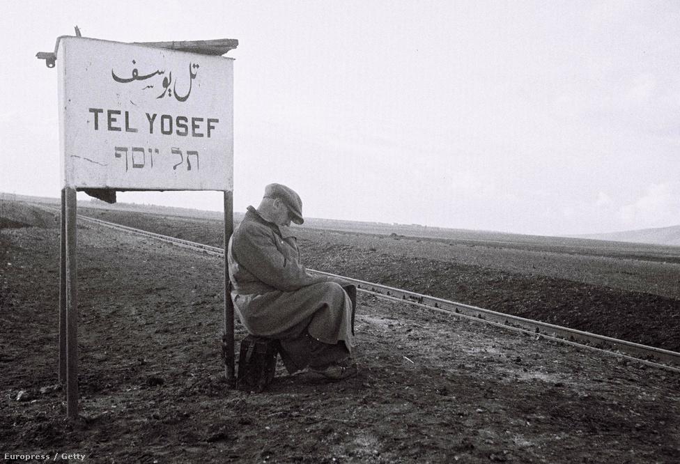 Zsidó férfi vár a vonatra a Tel Joszef vasútállomásnál 1933-ban. A zsidók több hullámban érkeztek a brit fennhatóság alatt álló Palesztina területére. Dávid Ben-Gúrión első miniszterelnök 1948. május 14-én kiáltotta ki a független Izrael államot, amit aztán az Egyesült Államok és a Szovjetunió május 15-én és 17-én elismert.