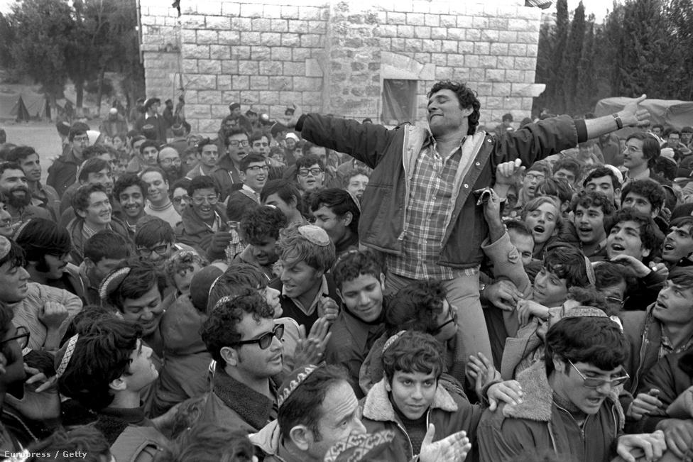 1975. december 8-án társai a magasba emelik Hanan Porat jobboldali politikust, miközben azt ünneplik, hogy a kormány zöld utat nyitott az első zsidó telepeknek Szamariában. A ciszjordániai telepépítések és bővítések azóta is az izraeli-palesztin békefolyamat legnagyobb akadályát jelentik. Ciszjordániában a lakosság ötöde zsidó, négyötöde arab.