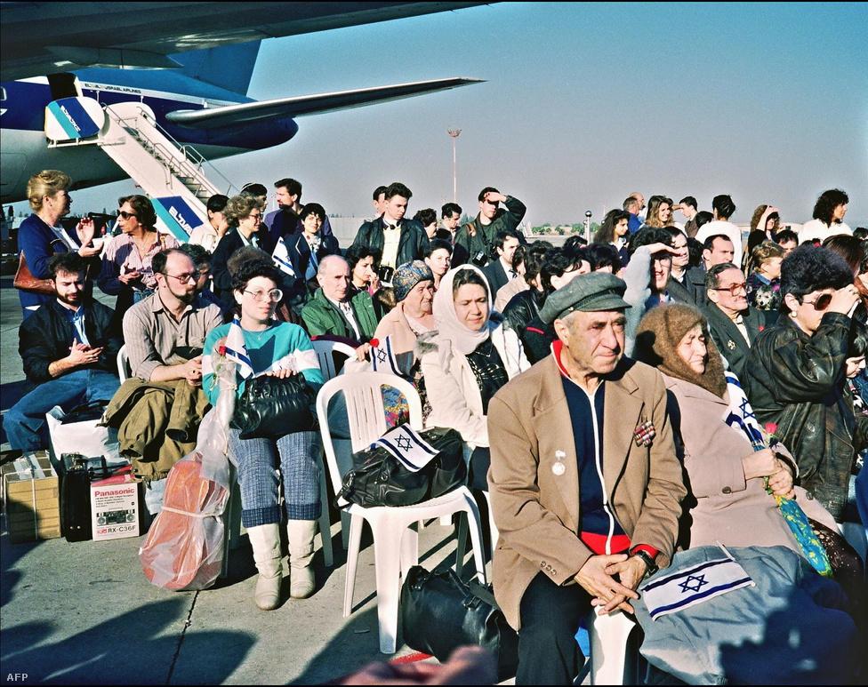 Szovjet zsidók érkeznek a Ben-Gúrión repülőtérre 1990. december 7-én. 1989-1992 között három év alatt közel tíz százalékkal nőtt Izrael népessége az Etiópiából, Jemenből és főként a Szovjetunióból érkező zsidóknak köszönhetően.
