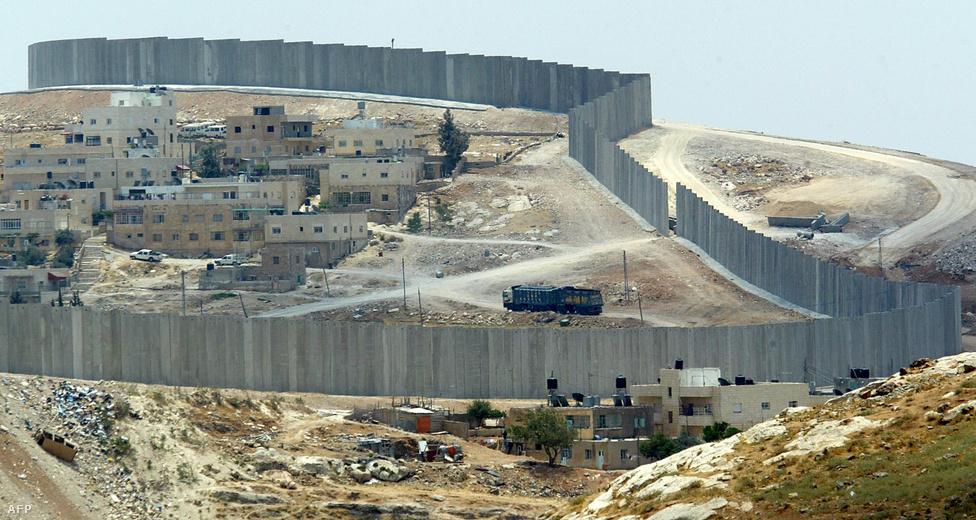 A 2006 óta kómában fekvő Ariel Sárón ötéves miniszterelnöksége alatt Izrael kivonult a Gázai övezetből, viszont falat húztak Ciszjordánia köré.