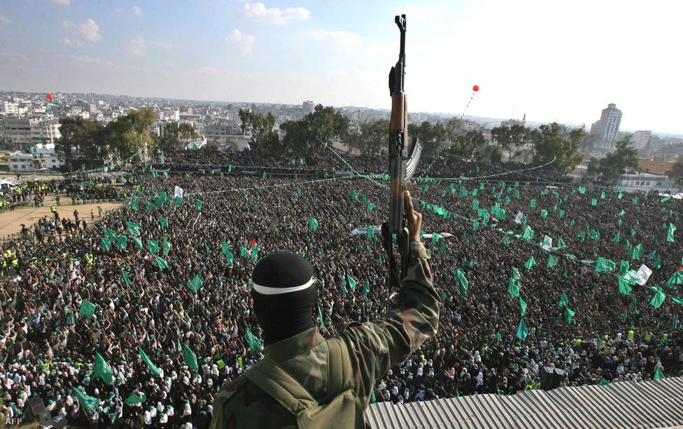 Iszmail Haníja, a Hamász vezetője mondott                          beszédet a tömegnek Gázában. Az 1993-as oslói palesztin-izraeli megállapodás értelmében Gáza palesztin fennhatóság alá került, de az izraeli csapatok 2005-ig megszállva tartották az övezetet. Kivonulásuk után, a 2006-os választásokon az övezetben a Hamász került hatalomra – ezzel gyakorlatilag két részre szakadt a Palesztin Nemzeti Hatóság, mert Ciszjordánia a Palesztin Felszabadítási Szervezet, a Fatah uralma alatt maradt.