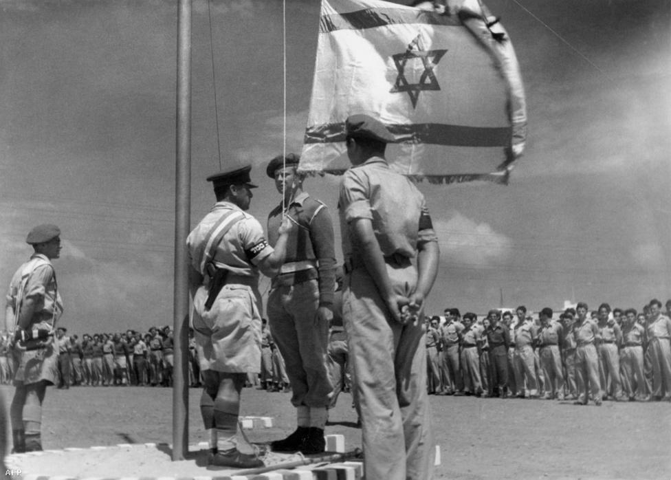 1948. június 8.: egy izraeli katona először húzza a magasba Izrael zászlaját.