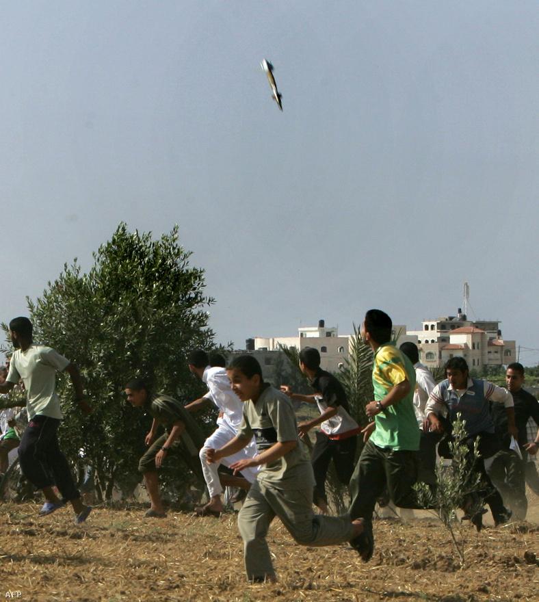Becsapódó rakéta elől menekülnek palesztin férfiak Gázában. A Hamász rakétagyárakat és kiképzőközpontokat működtetett a területen, és rendszeresen barkácsrakétákkal lőtte Izrael területét, időről időre kiváltva az izraeli válaszcsapást. 2008-ban a légitámadások mellett a Gázai háborúban jelentős szárazföldi erő is behatolt a területre.