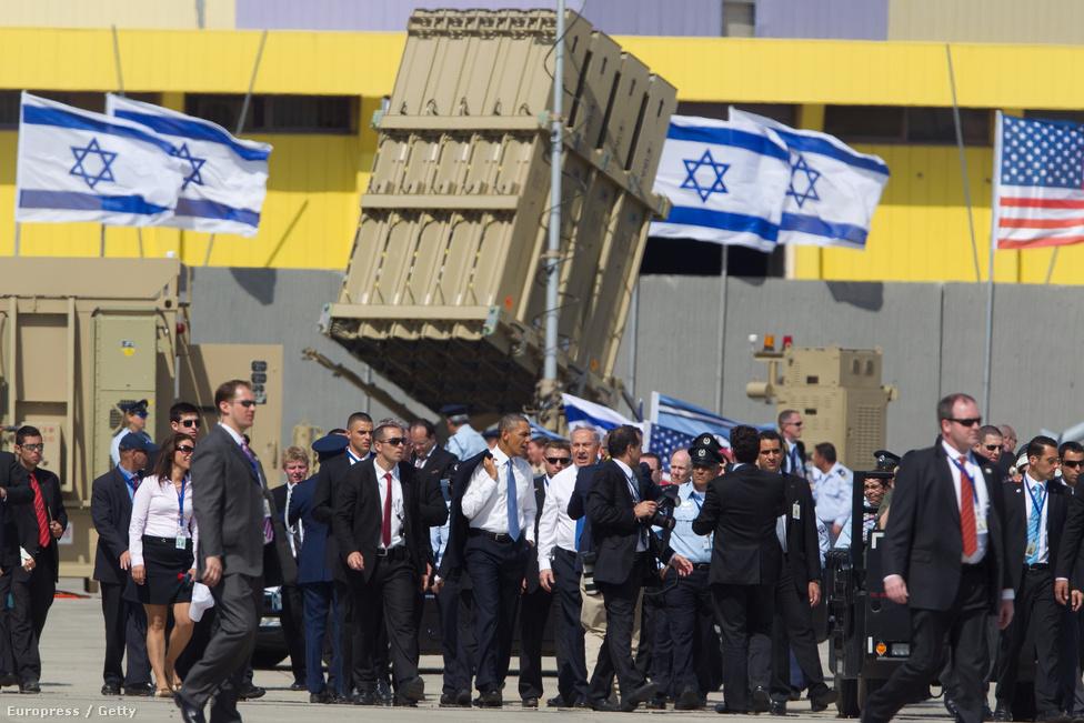 Második ciklusa első külföldi útján március 20-án Izraelbe érkezett Barack Obama. Elnökként először járt a zsidó államban, miután első ciklusa alatt feltűnően hűvös volt a viszonya Benjámin Netanjahu izraeli miniszterelnökkel. A háttérben a Vaskupola rakétavédelmi rendszer egyik lövege.