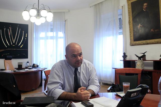 Gál András Levente még minisztériumi irodájában a Kossuth téren