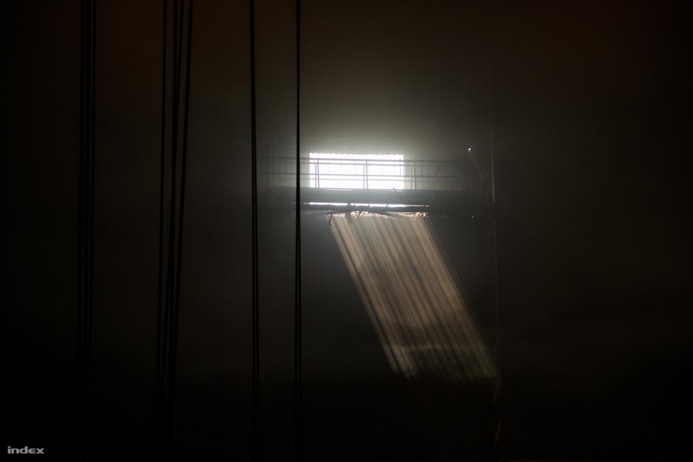Napfény zuhan be vastag pászmában a miniacélmű ablakán. Az előtag megtévesztő: az épület valójában százharminckét méter hosszú és harmincöt méter magas. 2000-ben építették, jóval a válság előtt, amikor még minden szép volt és bíztató.
