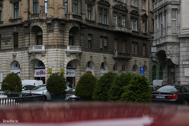 A saroképület kőerkélyes lakásába zavarta fel Robert Redford Brad Pittet