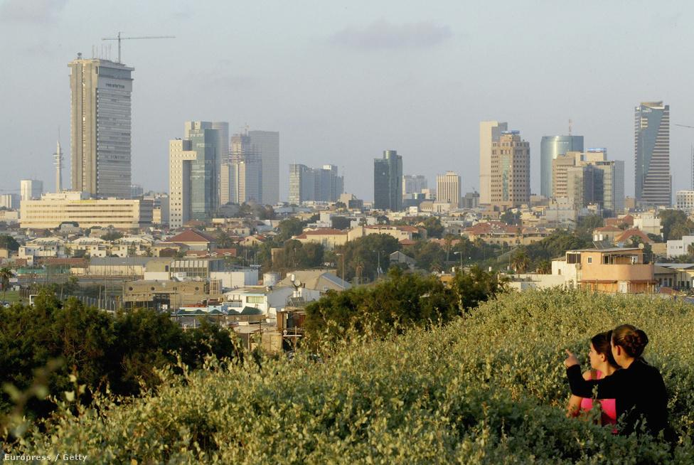 Izraeli nők figyelik a távolból Tel Avivot 2004. május 28-án. Az UNESCO a Bauhaus építészete miatt a világörökség részének nyilvánította a várost, ahol a nagykövetségek többsége is működik.
