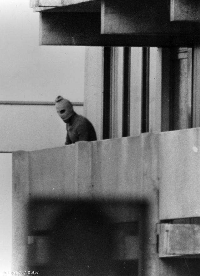 A magukat Fekete Szeptembernek nevező palesztin csoport tagjai izraeli sportolókat ejtettek túszul az 1972-es müncheni olimpián. Az izraeli csapat két tagját azonnal megölték az olimpiai faluban, kilenc másikat pedig túszul ejtettek, és palesztin foglyok szabadon engedését követelték. A sikertelen tárgyalások végén a német biztonsági erők látszólag szabad elvonulást biztosítottak, de a fürstenfeldbrucki reptéren megkísérelt sikertelen szabadító akcióban a kilenc izraeli sportoló, öt terrorista és egy német rendőr is meghalt.