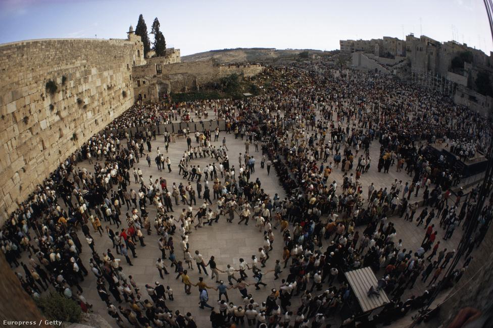 A jeruzsálemi síratófal. Izrael lakosságának 75 százaléka zsidó, 16 százaléka muszlim vallású, míg 2 százalék keresztény.