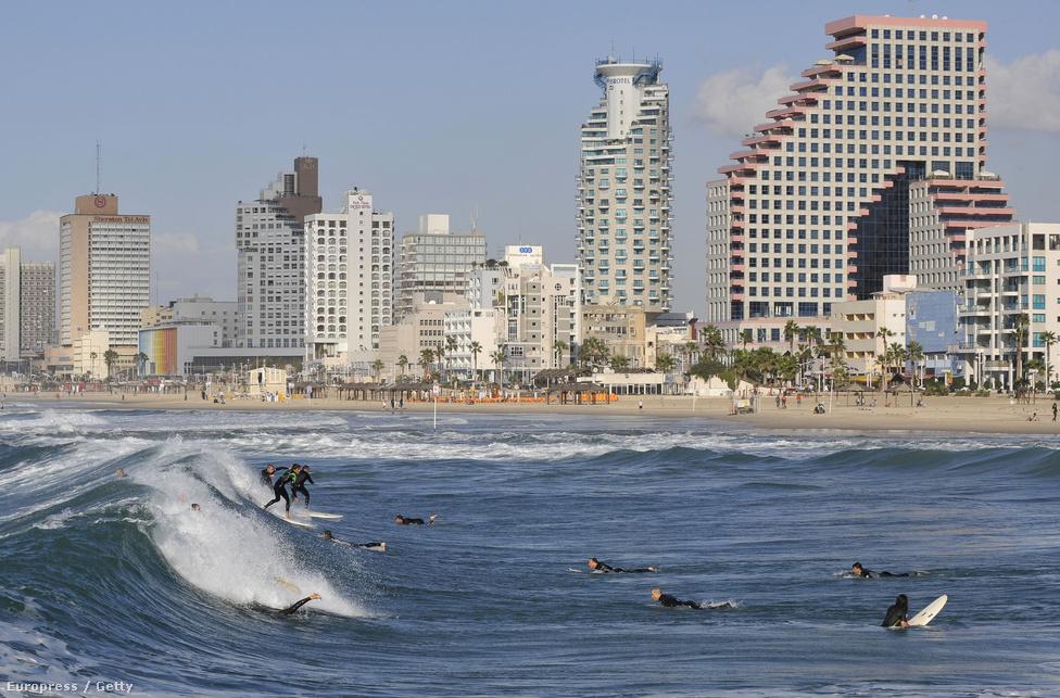 Szörfösök a Tel Aviv-i tengerpartnál. Ma Izraelben a legmagasabb az életszínvonal a Közel-Keleten,  az egy főre eső GDP-t tekintve a 26. helyen áll a világon.