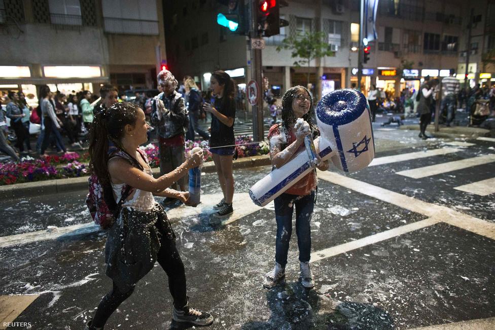 Izraeli gyerekek a 65. évfordulós ünnepségeken Tel Avivban.