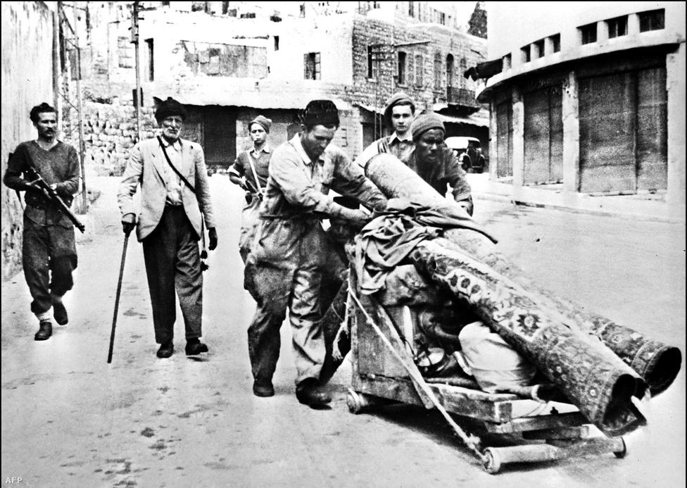 Izrael kikiáltásának másnapján Libanon, Szíria, Jordánia, Egyiptom és Irak hadseregei átlépték a határt, és kitört az első arab-izraeli háború. A háború végül az 1949-ben megkötött egyezményekkel ért véget. Jordániához került Ciszjordánia és Kelet-Jeruzsálem, míg a Gázai övezetet Egyiptom vonta ellenőrzése alá. Izrael és Ciszjordánia között felállították a zöld vonalként ismert ideiglenes határvonalat. Az első arab-izraeli háború alatt több százezer palesztin menekült el a területről.