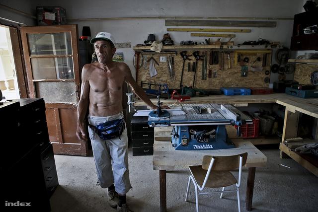 Józsi egy asztalosműhelyt is kialakított, ahol a rászorulóknak fognak ajtót és ablakot gyártani. A gépeket adományba kapták.