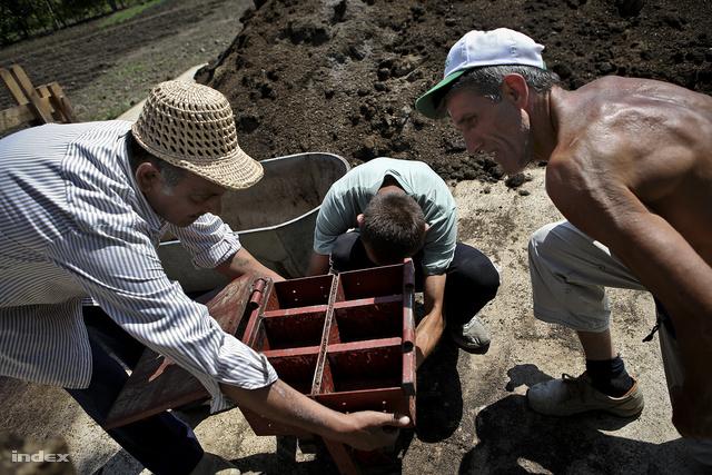 Józsi, Ricsi és az édesapja beállítják a biobrikett-prést.