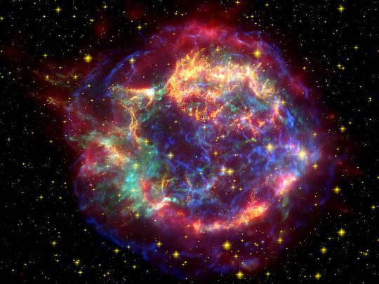 11 ezer fényévre lévő szupernóva-maradvány a Cassiopeia csillagképben. A maradványt létrehozó robbanás fénye 330 évvel ezelőtt ért el hozzánk. [Röntgen - NASA/CXC/SAO; optikai - NASA/STScI; infravörös - NASA/JPL-Caltech/Steward/O. Krause et al.]
