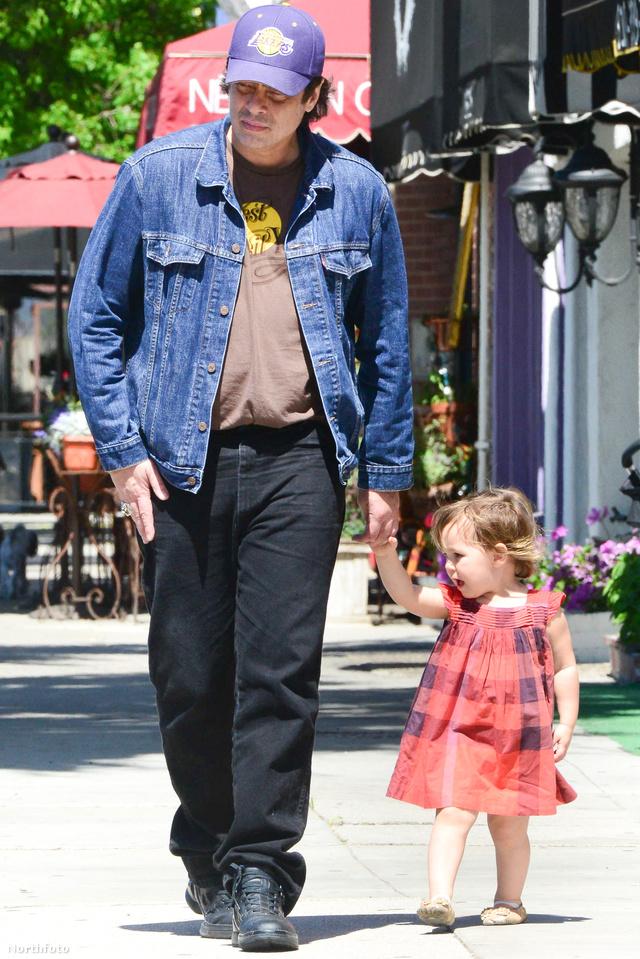 Benicio Del Toro lányával sétálgat