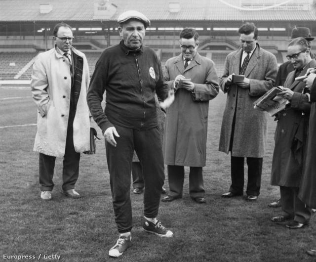 Guttmann Béla 1962-ben a White Hear Lane-en, ahol a Tottenhamet a gyep túllocsolásával vádoja a sajtó munkatársainak