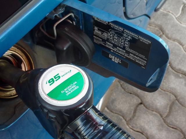 Simán bemegy a próbához használt régi Mercedes tanknyílásába az ólomentes benzin töltőpisztolya. A kép csupán illusztráció, sem az autó, sem a kút nem egyezik a történetben szereplővel