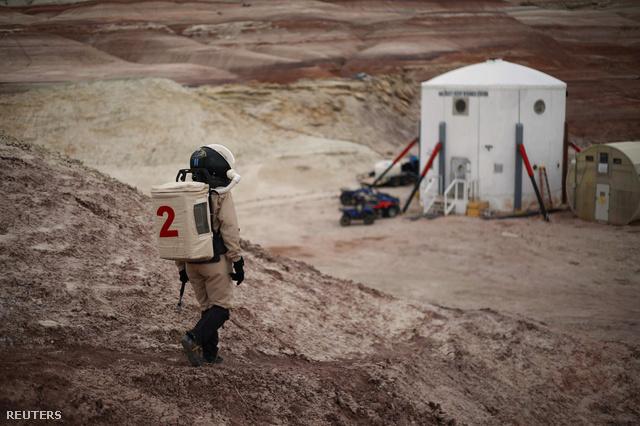 Orgel Csilla az EuroMoonMars B küldetés geológusa az MDRS sivatagi kutatóközpont mellett. A utahi sivatagban szimulált marsi környezetben végzett küldetés célja, hogy teszteljék a jövőbeli Mars-expedíciók felszerelését, és felkészítsék a kutatókat egy ilyen küldetés nehézségeire.  Csilla beszámolóit  a linkre kattintva olvashatják