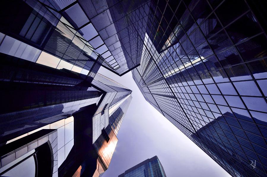A 374 méter magas Central Plaza felhőkarcoló. 1995-ös átadása után rövid ideig Ázsia legmagasabb épülete volt, ma már a városon belül is csak a harmadik.
