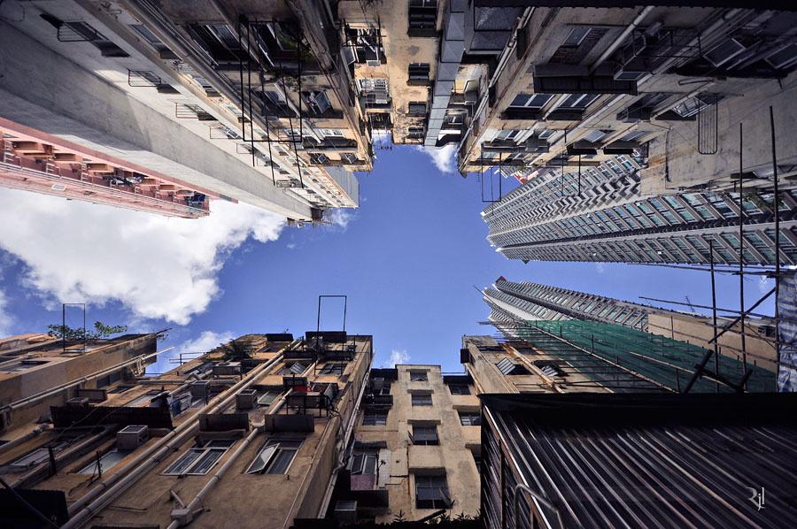 Hongkong úgynevezett különleges igazgatású terület, papíron Kínához tartozik, de saját jogrendszere, közigazgatása és pénzneme van.