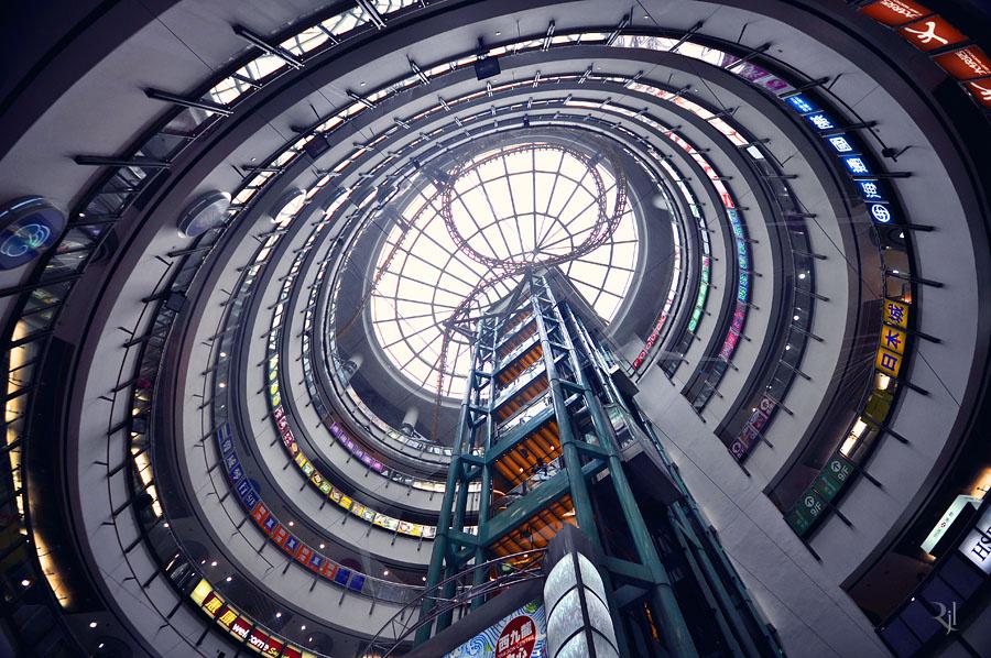 A Dragon Centre, Hongkong egyik legnagyobb plázája. Egy egykori hadifogolytábor helyén épült, fő attrakciója a 9 emeletnyi magasságot átfogó beltéri hullámvasút.