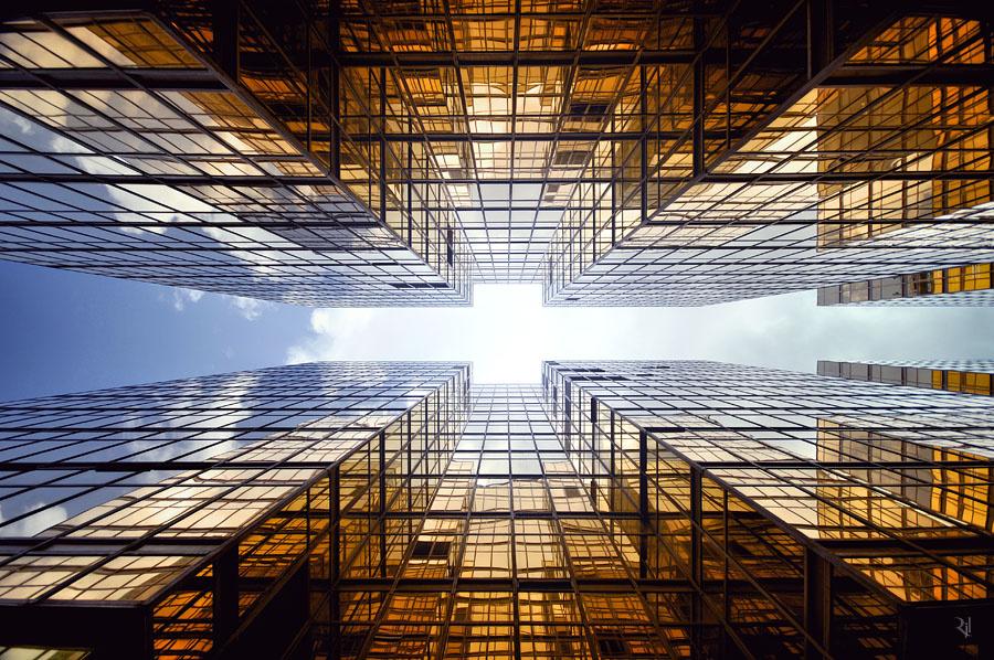 Modern felhőkarcolók Kowloonban. A fallal körülvett város lerombolásakor 350 millió dollárral kárpótolták a helyieket a lakóhelyük lerombolásáért.