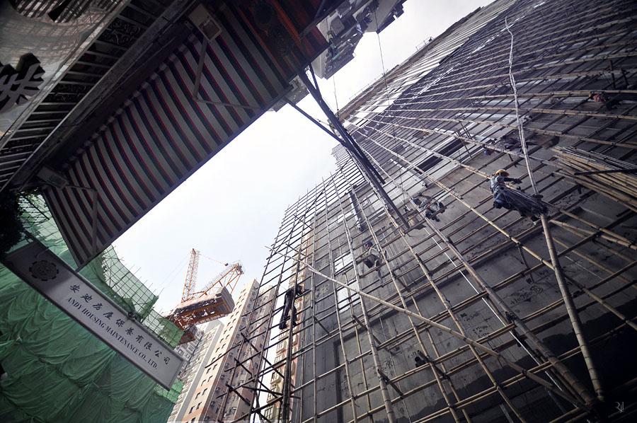 """""""A szög, amiből fotózom, az épületek méretei mellett azt is kiemeli, milyen kicsi az ember"""" - mondja a művész a képeiről."""