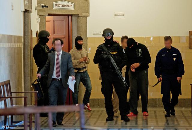 2012. július 15. Kommandósok vezetik elő Portik Tamást az 1990-es évek olajmaffia-botrányainak egyik kulcsszereplőjét (b3) és F. Ferencet (j2) a Pesti Központi Kerületi Bíróság (PKKB) folyosóján.