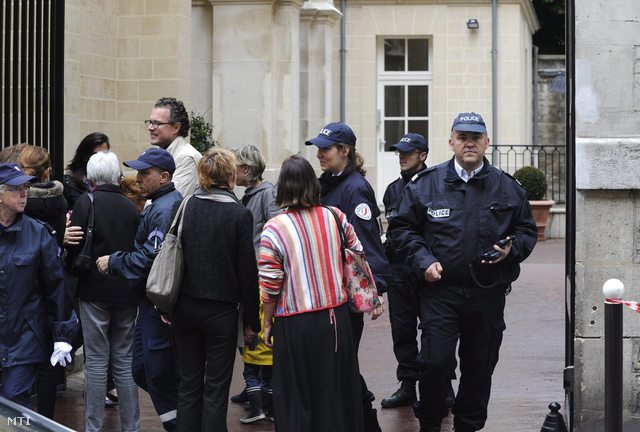 Rendőr a párizsi La Rochefoucauld óvoda és általános iskola bejáratánál.