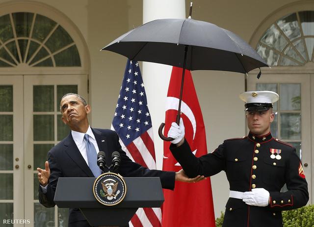 Barack Obama a török kormányfő fogadására tartott sajtótájékoztató előtt ellenőrzi, esik-e még az eső