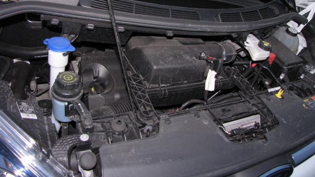 A motor egészen mélyen, a szélvédő alatt található. Kár, hogy a motorolaj betöltője ennyire mélyre került - cserébe az ablakmosó tartályába gyerekjáték mosószert tölteni