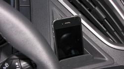 Tökéletesen funkcionál a telefontartó, az USB aljzatba bedugott gyári kábel pont eléri