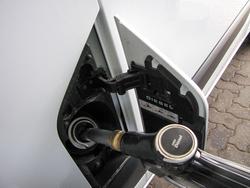 Félretankolás-gátlós, tanksapka nélküli az üzemanyagtartály. Igy nem lesz koszos, gázolajszagú  az ember keze
