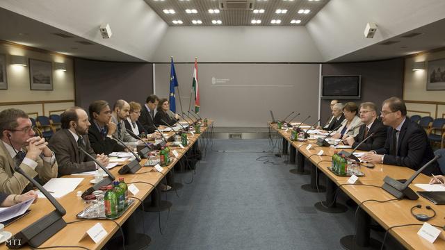 Navracsics Tibor megbeszélést folytat hivatalában az Európai Parlament (EP) állampolgári jogi szakbizottságának eseti küldöttségével 2012. szeptember 25-én.