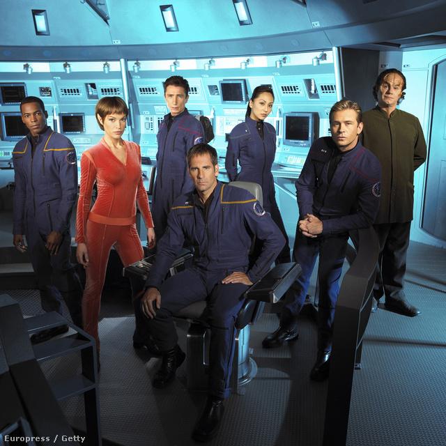 A Star Trek: Enterprise csapata. Jolene Blalock (T'Pol) vörösben feszít.