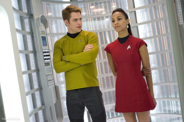 Chris Pine (James T. Kirk) és Zoe Saldana (Nyota Uhura) a legújabb Star Trek film forgatásán