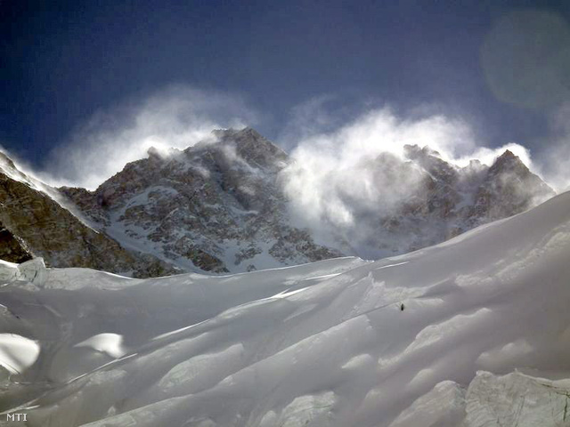 A Magyarok a világ nyolcezresein program által közreadott képen a nepáli Kancsendzönga 8586 méter magas csúcsa látszik viharban 2013. május 12-én. A csúcsot május 20-án sikeresen meghódító Erőss Zsolt és Kiss Péter bajba kerültek, ugyanis még nem értek le a legmagasabb, 4-es táborba.
